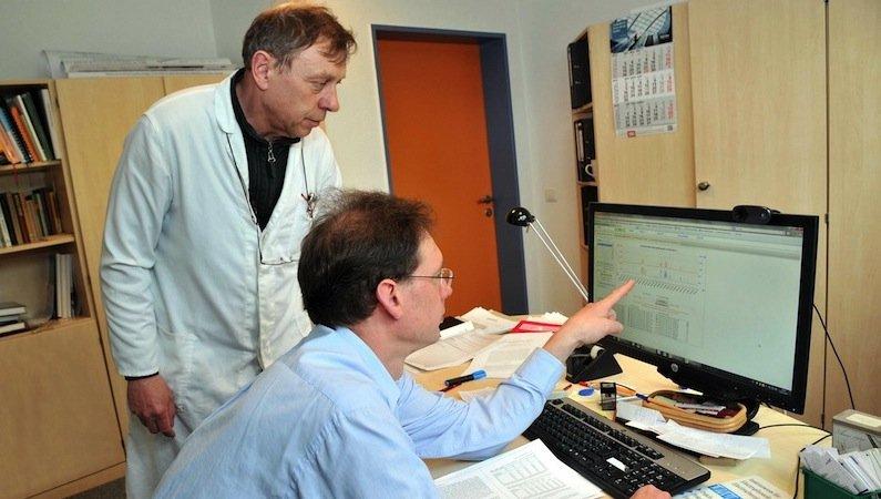 Dr. Michael Derno (li.) und Dr. Björn Kuhla können die erfassten Daten sofort für ihre wissenschaftliche Arbeit auf dem PC auswerten. Die Kühe tragen Sensoren um den Hals, die das Tier an der Messstation identifizieren.