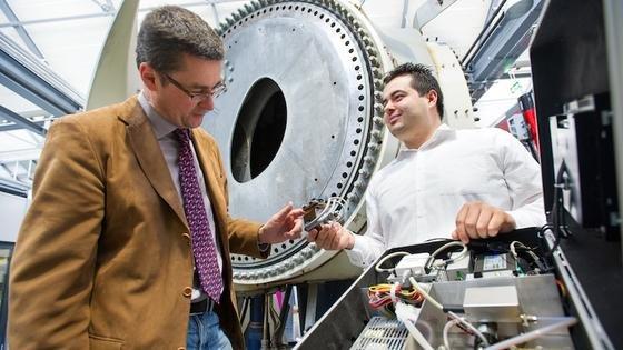 Prof. Andreas Schütze und sein Kollege Eliseo Pignanelli können mit dem mobilen Messsystem im Koffer die Ölalterung auch vor Ort bestimmen. Sie präsentieren es im April auf der Hannover Messe. Das System lässt sich aber auch fest in Windkraftanlagen einbauen.