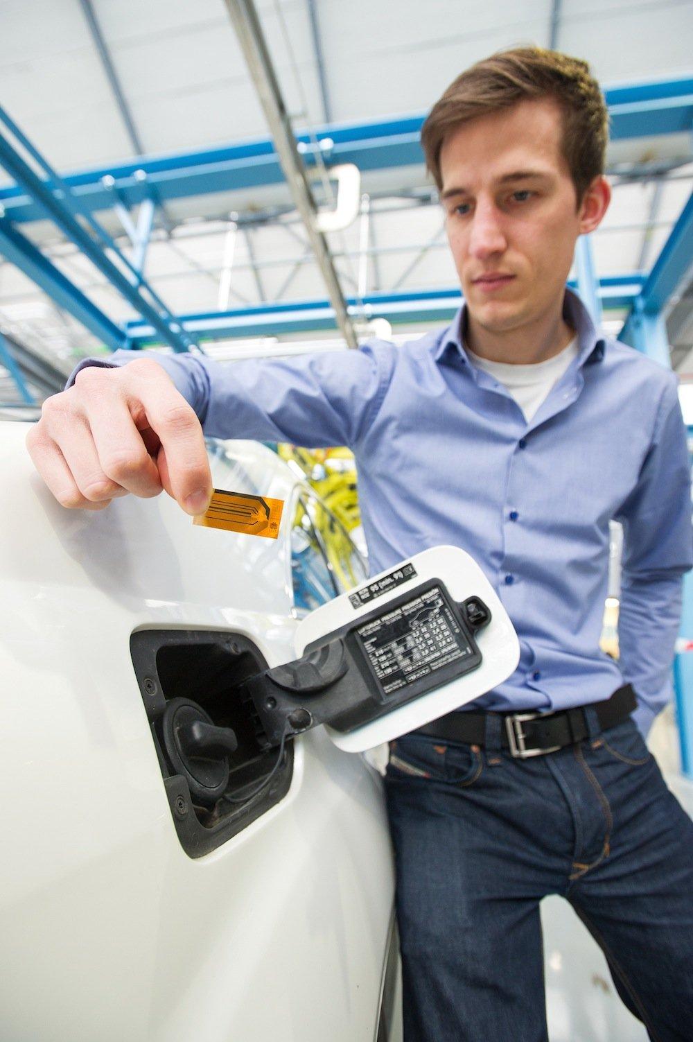 Der Sensor besteht nur aus einer kleinen, dünnen Folie mit aufgebrachten Leiterbahnen und kann die Zusammensetzung von Flüssigkeiten messen. In Dieselfahrzeugen kann er zum Beispiel sicherstellen, dass der Katalysator die gefährlichen Abgase ordnungsgemäß reduziert und so diese schädlichen Stickoxide in Stickstoff und Wasser umwandelt. Diplom-Ingenieur Bastian Schmitt (Foto) hat den Sensor am Lehrstuhl für Messtechnik von Professor Andreas Schütze mitentwickelt.
