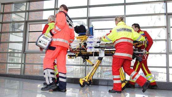 Drei von vier Patienten überleben, wenn sie bei akutem Herz- oder Lungenversagen mit ECMO – einer mobilenMini-Herz-Lungen-Maschinen – behandelt werden.