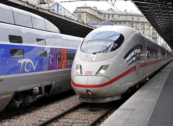 Ein ICE von Siemens und ein TGV von Alstom im Gare de l'Est in Paris: Siemens hat jetzt knapp sieben Milliarden Euro für die Energiesparte von Alstom geboten. Gleichzeitig soll Alstom die ICE-Fertigung übernehmen.