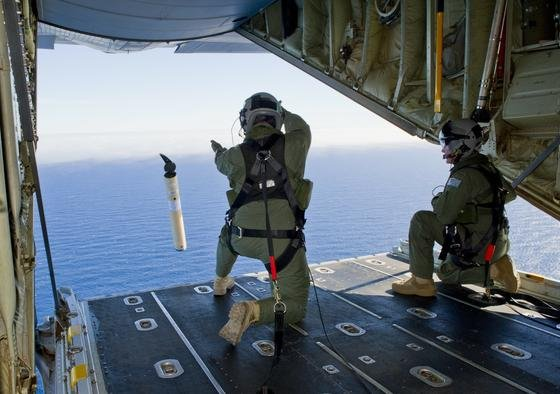 Abwurf von Bojen durch die australische Armee von einer Herkules C-130J. Die Bojen senden Funksignale über ihre Position und können Ortungssignale empfangen. Schlechte Sicht hatte tagelang die Suche nach Wrackteilen der vermissten Boeing 777 erschwert.