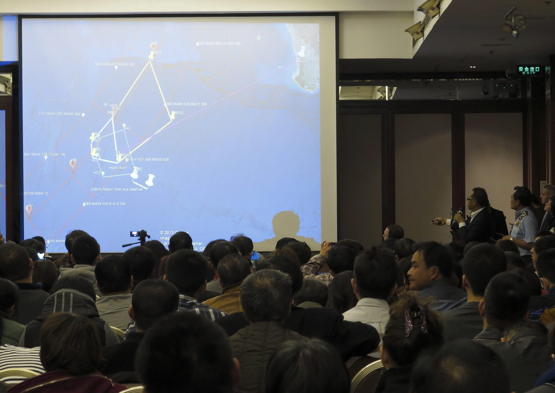 Pressekonferenz der malaysischen Regierung in Peking: Chinesische Suchtrupps haben am Wochenende weitere Wrackteile im Indischen Ozean gesichtet.