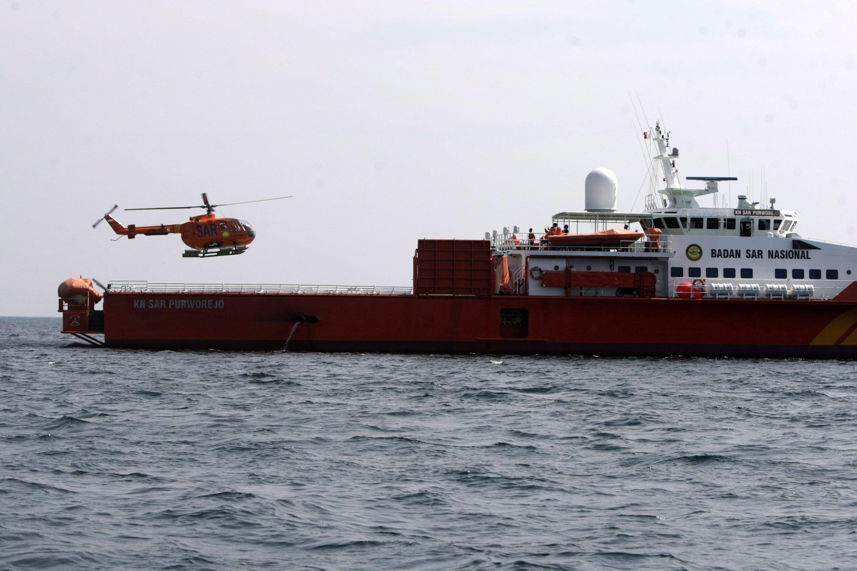 Landung eines indonesischen Suchhubschraubers auf einem Schiff in der Straße von Malakka: Inzwischen hat Indonesien die Suche in seinen Gewässern eingestellt.