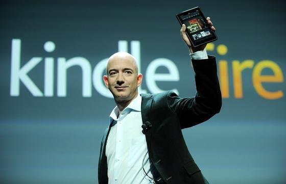 Amazon-Chef Jeff Bezos hält 2011 das Amazon-Tablet Fire in die Luft: Der Chef des Versandhauses will Gerüchten zufolge in den nächsten Monaten auch das erste Amazon-Smartphone herausbringen.