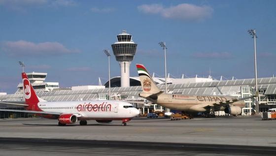 Etihad, die Fluggesellschaft des Golfstaats Abu Dhabi, will ihre Anteile an Air Berlin aufstocken und strebt offenbar eine Fusion von Air Berlin mit Alitalia an.