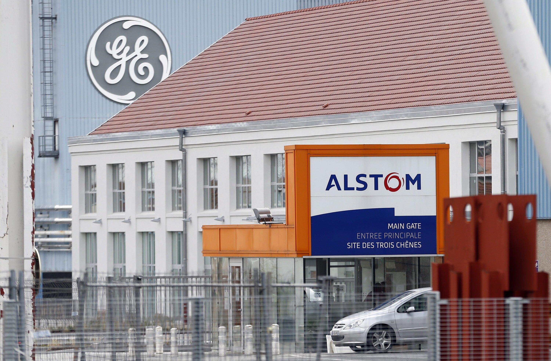 Alstom-Standort in Belfort in Frankreich mit General-Electric-Werk im Hintergrund: GE hat mehr als 12 Milliarden Euro für die Alstom-Energiesparte geboten und damit deutlich mehr als Siemens. Nachteil für Alstom: Die Franzosen würden weiterhin mit Siemens im Bahngeschäft konkurrieren.