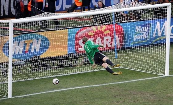 Bei der Fußball-WM 2010 in Südafrika schoss der Engländer Frank Lampard ein klares Tor, das der Schiedsrichter aber nicht anerkannte. Daraufhin entschied Fifa-Chef Blatter, dass bei der WM 2014 Torlinientechnik eingesetzt wird.