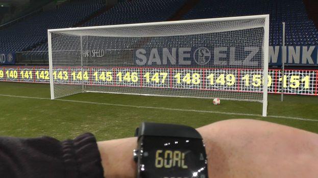 Wenn der Ball die Torlinie überschritten hat, zeigt das System von Goal Control das dem Schiedsrichter auf einer Armbanduhr an.