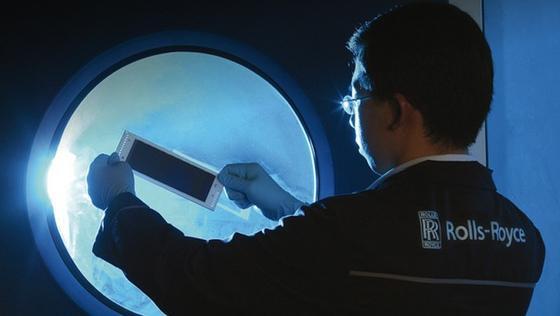 Triebwerkshersteller Rolls Royce beteiligt sich als Industriepartner an der Entwicklung der Graphenbatterie. Diese könnte bei Herstellern der Elektroautos gleich mehrere Wünsche erfüllen: geringeres Gewicht, mehr Kapazität und höhere Zuverlässigkeit auch bei niedrigen Temperaturen.
