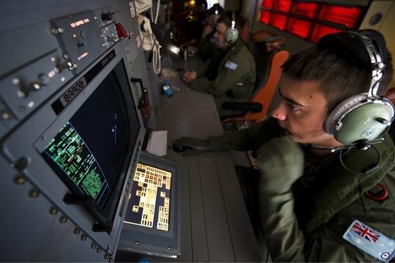 Kontrollzentrum der australischen Royal Air Force: 2500 Kilometer westlich der australischen Stadt Perth ist die Boeing 777 der Malaysia Airways abgestürzt. Die Suche nach den Trümmern geht weiter.