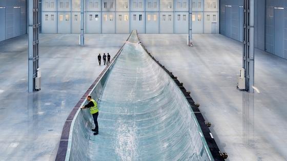 Produktion eines 55 Meter langen Rotorblatts in der Siemens-Fabrik im dänischen Aalborg: Jetzt baut Siemens ein neues Werk im englischen Hull, wo 75 Meter lange Rotorblätter hergestellt werden. Roboter sollen dort die riesigen Formen automatisch mit Glasfasermatten und Balsaholz auslegen.