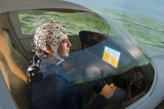 Versuch zum hirngesteuerten Fliegen im Flugsimulator am Lehrstuhl für Flugsystemdynamik der TU München in Garching: Der Pilot stellt sich lediglich die Steuerung des Flugzeuges vor, die entsprechenden Hirnsignale werden von Elektroden aufgenommen und umgesetzt. Im Test hat das Verfahren schon funktioniert.