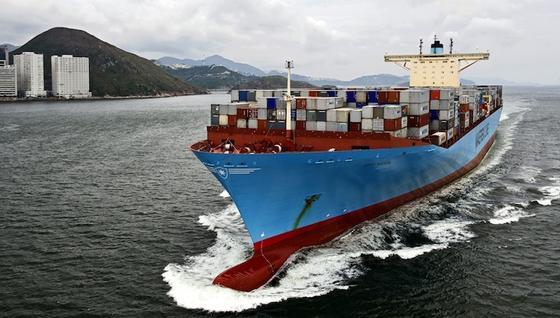 Containerschiff der weltgrößten Reederei Maersk:Die meisten Containerschiffe fahren immer noch ohne Abgastechnik. Zwar würde eine Nachrüstung pro Schiff rund 500.000 Euro kosten. Doch für Spediteure und Warenhersteller bedeutete das nur ein Preisanstieg im Promillebereich.