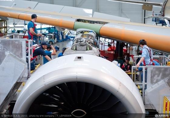 Rolls-Royce-Triebwerk Trent XWB beim Einbau in einen AirbusA350 XWB im Airbus-Werk in Toulouse: Künftig will Airbus Komponenten für Triebwerke, aber auch Ersatzteile, mit 3D-Techniken produzieren. Deshalb hat Airbus eine Kooperation mit einer chinesischen Universtität geschlossen, die sich auf 3D-Technologien spezialisiert hat.