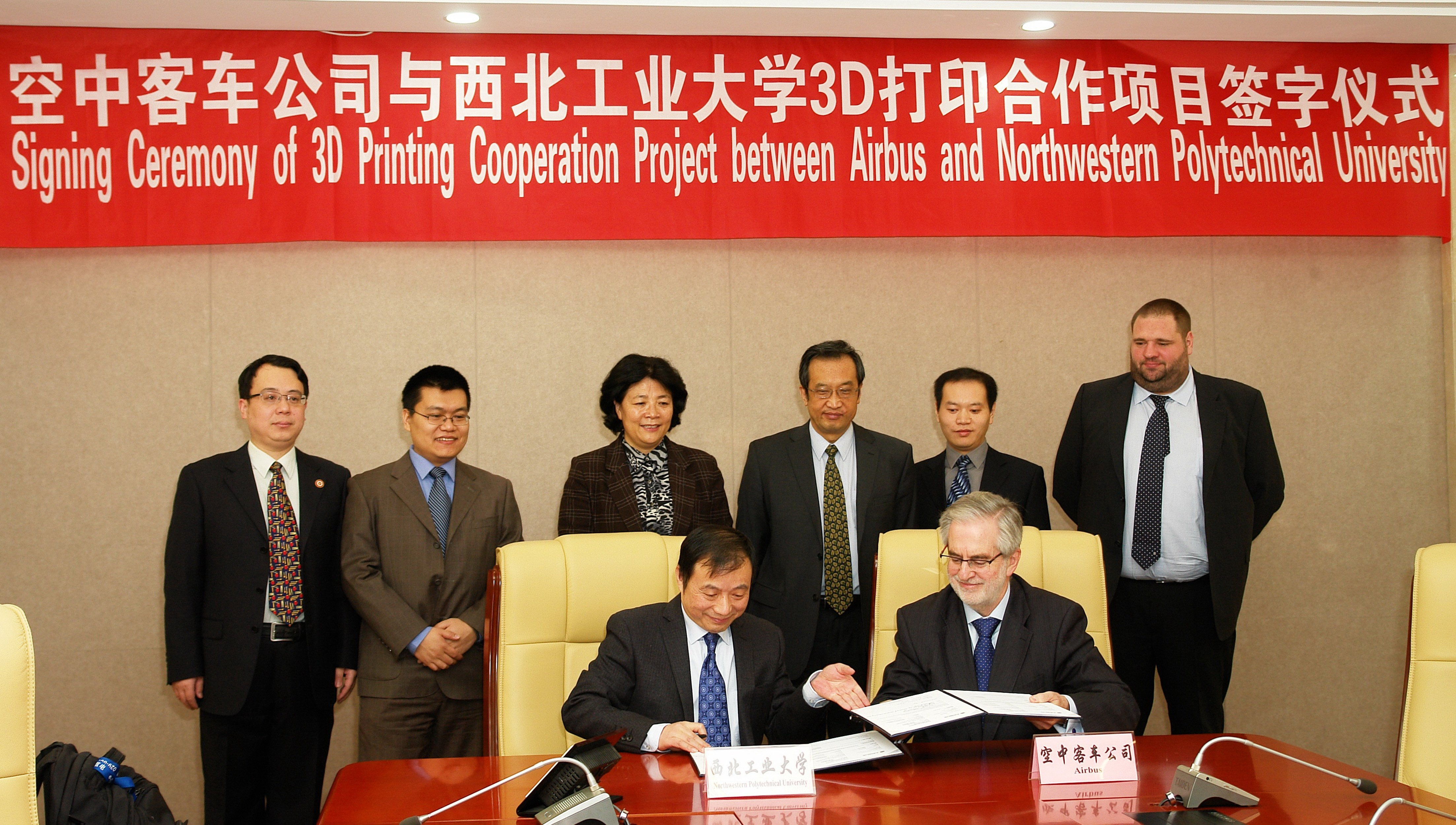 Unterzeichnung der Kooperationsvereinbarung zwischen Airbus und der chinesischen Universität NPU durch Rafael Gonzalez-Ripoll (r.), Chef von Airbus in China, und UniversitätspräsidentWeng Zhiquian.