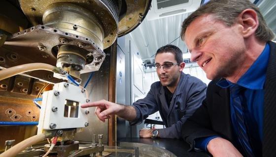 Prof. Dirk Bähre (r.) und Ingenieur Olivier Weber beobachten eine Probe beim elektrochemischen Abtragen.