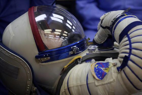 Steve Swanson (Foto), Alexander Skworzow und Oleg Artemjew müssen nach der gescheiterten Express-Route nun zwei Tage in der engen Sojuskapsel ausharren, ehe sie Freitagnacht an der ISS andocken können.