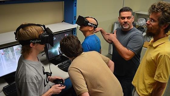 Das Team des Start-ups Oculus VR bei der Entwicklung der Datenbrille Oculus Rift. Mit ihr könnten Facebook-Nutzer zukünftig in Virtuelle Realitäten abtauchen. Was Zuckerberg genau vorhat, ist bislang unbekannt.