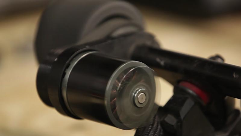 Der Elektromotor beschleunigt das Skateboard auf 32 km/h. Die Kapazität des Akkus reicht für 16 Kilometer lange Fahrten aus. Danach muss Marble für 90 Minuten an die Steckdose.