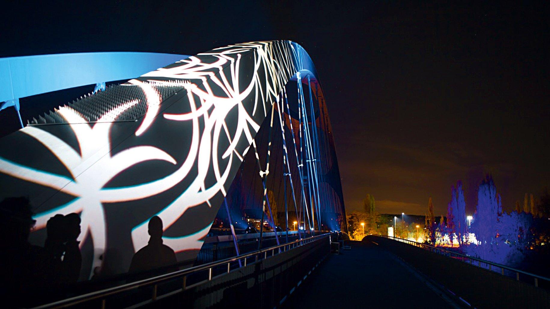 Osthafenbrücke über den Main: Die Luminale sorgt für spektakuläre Effekte in der ganzen Stadt.