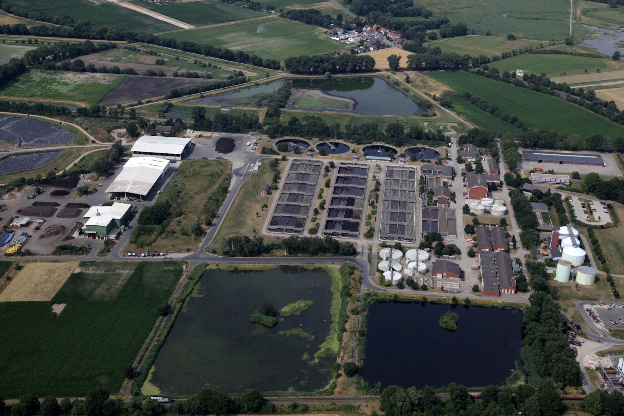 Der Klärschlamm aus der Kläranlage Braunschweig wird direkt weiterverarbeitet. So wird daraus Dünger gewonnen, der zum Anbau von Energiepflanzen rund um die Kläranlage genutzt wird. Daraus wird Biogas und Strom gewonnen.Täglich werden 24.000 Kubikmeter Biogas und 50.000 Kilowattstunden Strom erzeugt.