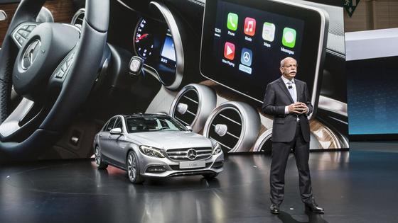 Präsentation der neuen C-Klasse von Mercedes mit dem Auto-IT-Systems CarPlay Apple auf dem Genfer Autosalon durch Daimler-Chef Dieter Zetsche. Apple will mit CarPlay Weltmarktführer im Auto werden, so Apple-MarketingchefGreg Joswiak.
