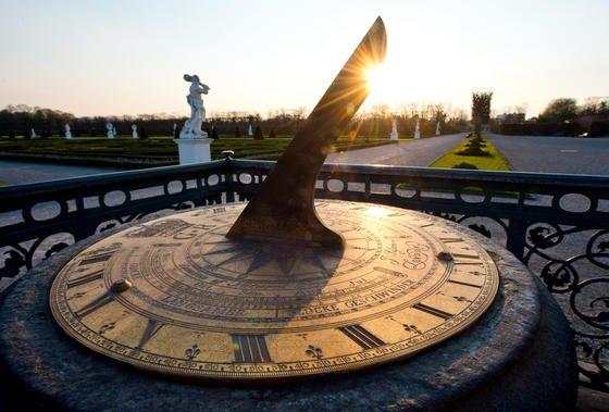 Der Polstab einer Sonnenuhr in den Herrenhäuser Gärten in Hannover wirft einen Schatten auf das Zifferblatt. In der Nacht vom 29. zum 30. März 2014 werden die Uhren um 2.00 Uhr um eine Stunde vorgestellt.