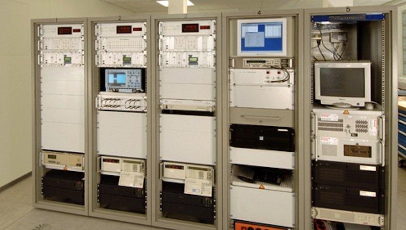 In einem klimatisierten Laborraum der Physikalisch Technischen Bundesanstalt liefern drei Atomuhren den Takt für die DCF-Trägerfrequenz und den Zeitcode.