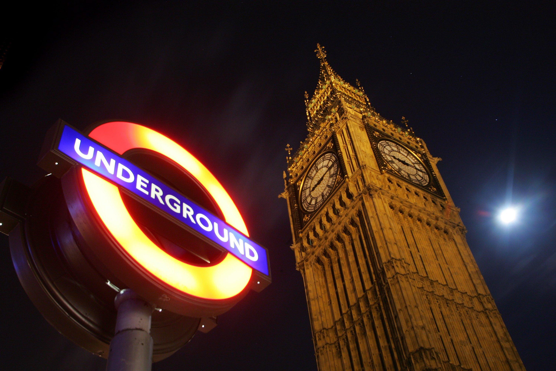 Auch der berühmte Londoner Uhrturm Big Ben muss Sonntagnacht die Zeiger nach vorne rasen lassen.Der Durchmesser der vier Zifferblätter beträgt je sieben Meter. Die Minutenzeiger haben eine Länge von 4,3 Metern, die Stundenzeiger messen 2,74 Meter.