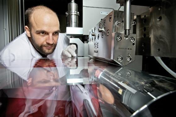 Organische Photovoltaik: Mit der Rolle-zu-Rolle Beschichtungsanlage am Fraunhofer ISE lassen sich Produktionsgeschwindigkeiten von mehreren Metern pro Minute erreichen.