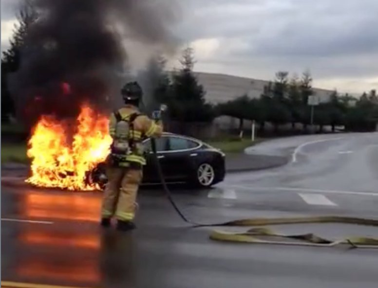 In den USA war 2013 nach einem Zusammenprall mit einem Metallstück ein Tesla S ausgebrannt. Der Unfall wurde zufällig von einem vorbeifahrenden Autofahrer gefilmt. Jetzt hat Tesla-Chef Elon Musk entschieden, dass der Unterboden massiv verstärkt wird.