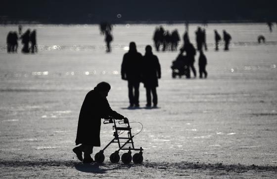 Seniorin an der zugefrorenen Alster: Für ältere Menschen haben Stürze oft schlimme Folgen. Jetzt hat ein israelischer Entwickler einen Schuh konstruiert, der angeblich das Stolpern verhindern kann und damit die Gefahr von Stürzen reduziert.