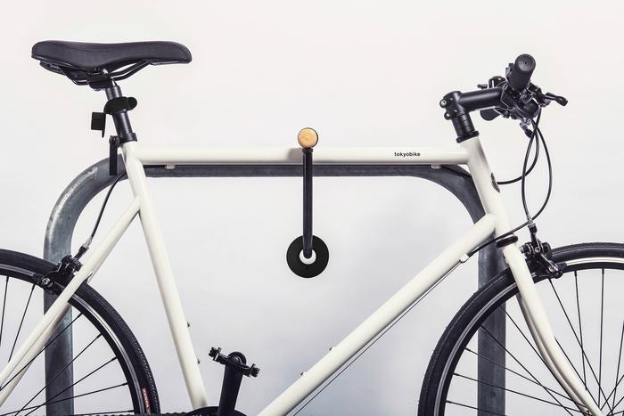 Schließt der Fahrer sein Fahrrad ab, nimmt er die beiden Lampen ab, heftet sie magnetisch aneinander und schließt sie mit ein.