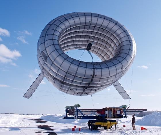 Die Turbine besteht aus einer starken Hülle, einer Turbine mit drei Rotoren, den Halteseilen, die auch den Strom zur Erde bringen und einer Bodenstation. Hier wird die Energie gespeichert, bis sie ins Netz eingespeist werden kann.