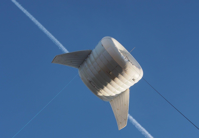 Die fliegende Turbine BAT des jungen Unternehmens Altaeros schwebt in über 300 Metern Höhe, so hoch wie keine andere Windkraftanlage. Dort ist der Wind fünf- bis achtmal so stark wie am Boden.