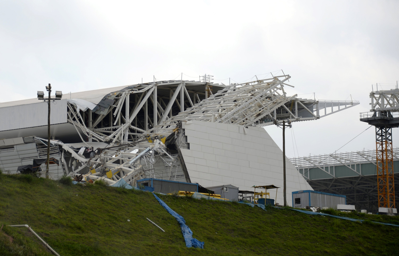 Durch einen umgestürzten Kran wurden im Dezember 2013 Teile der Tribüne im Corinthians-Stadion in Sao Paulo erheblich beschädigt. Der Zeitplan ist stark in Verzug. Offiziell soll das Stadion, in dem am 12. Juni das Eröffnungsspiel stattfindet, im Mai übergeben werden.