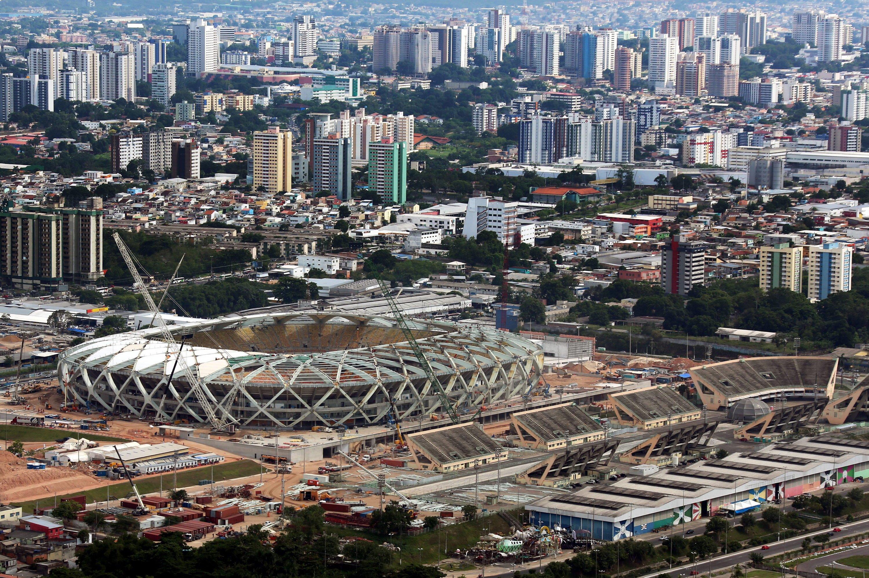 Drei Arbeiter starben beim Bau der Arena der Amazonas-Metropole Manaus. Trotz der Verzögerungen – im Bild das Stadion am 10. Dezember 2013 – ist die Arena Mitte März mit einem Testspiel eingeweiht worden. Jetzt werden noch Restarbeiten erledigt.