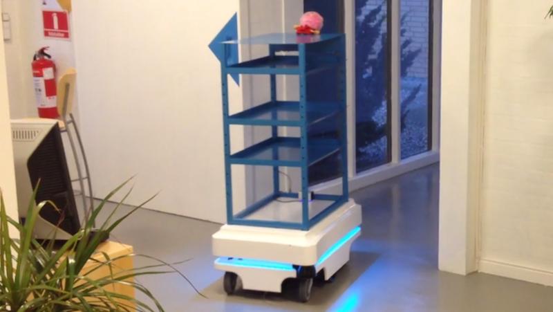 Mir 100 hat Scanner und eine 3D-Kamera an Bord und bewegt sich dank Navigationssystem selbstständig durch Gebäude. Derzeit kommt der Roboter-Butler in dänischen Krankenhäusern testweise zum Einsatz.