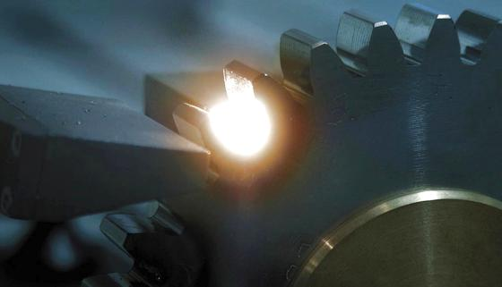 Härtung eines Zahnrades per Laser.