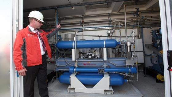 Die Wasserstoffanlage Power-to-Gas der Eon Gas Storage im brandenburgischen Falkenhagen bei Pritzwalk. Sie wird in den nächsten Jahren als Pilotanlage genutzt und soll pro Stunde rund 360 Kubikmeter Wasserstoff aus regenerativ erzeugtem Strom produzieren. Dieser lässt sich in einem nächsten Schritt zu synthetischem Methan weiterverarbeiten.