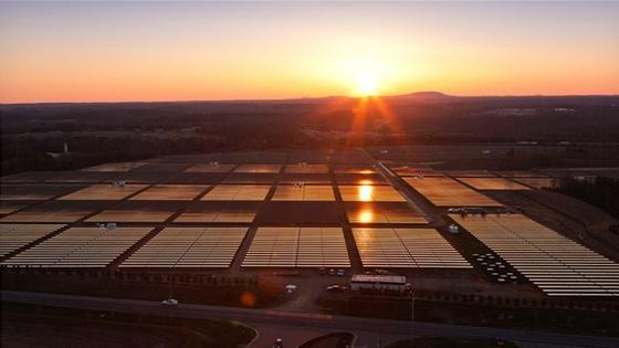 In North Carolina hat Apple eine eigene Solar- und Brennstoffzellenanlage gebaut. Der Konzern hat in den letzten zwei Jahren die gesamte Stromversorgung auf grüne Energien umgestellt.