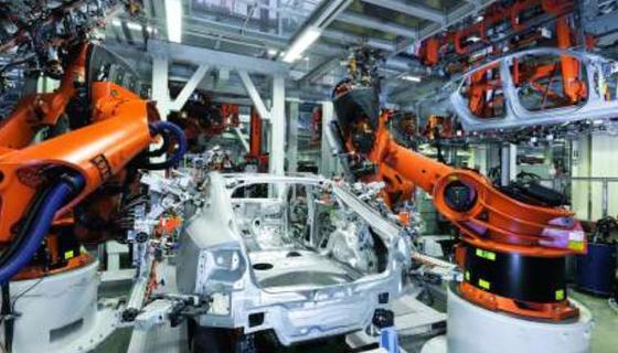 Intelligente Industrieroboter sollen in der Fabrik 4.0 miteinander kommunizieren und eigenständig Aufgaben bewältigen.