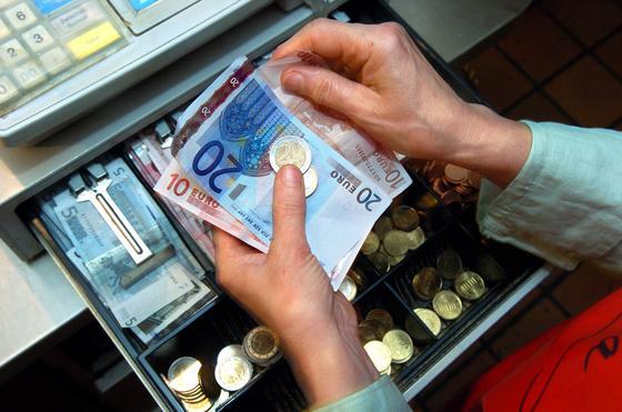 Längst gibt es auf dem Schwarzmarkt auch Software, die gezielt bei der Manipulation der Kassen unterstützt. Geldströme lassen sich unauffällig und schnell aus dem elektronischen Buchführungssystem entfernen. Smartcards könnten das verhindern.