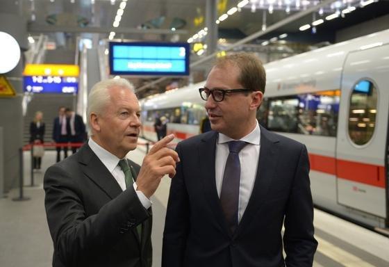 Deutsche-Bahn-Chef Rüdiger Grube (l.), und der Bundesminister für Verkehr und digitale Infrastruktur, Alexander Dobrindt (CSU), stehen an einem Gleis des Berliner Hauptbahnhofes zusammen: Bundesregierung und Deutsche Bahn wollen die digitalen Angebote der DB weiter stärken.