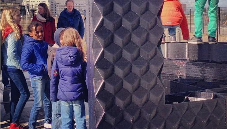 Vor Ort bestaunen Besucher die riesigen Baublöcke aus dem 3D-Drucker. Die Besichtigung der Baustelle ist an vier Tagen die Woche möglich.