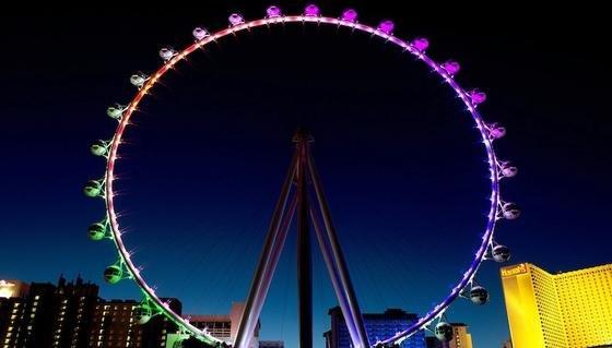 In der Dämmerung wird der High Roller erst zum wahren Blickfang. Für das farbenfrohe Lichtspiel sorgen 2000 LED-Leuchten.