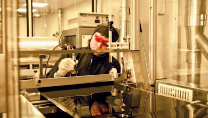Die Lackfabrik Wörwag aus Stuttgart hat eine energiesparende Lackfolientechnik entwickelt. Basislack und Klarlack werden dabei auf eine Folie aufbracht. Vor Ort kann man sie in die gewünschte Form ziehen und mit UV-Licht aushärten.