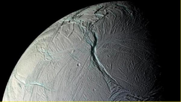 Der Mond Enceladus ist von einer dicken Eisschicht bedeckt. Enceladus wirkt starr und inaktiv. Doch der Schein trügt.