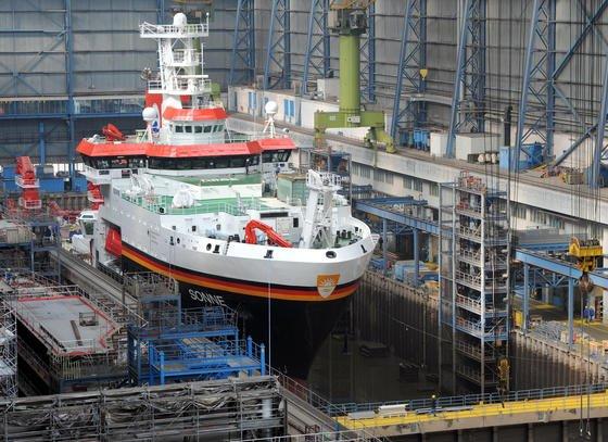 Fast fertig: Das neue Forschungsschiff Sonne liegt noch im Baudock der Meyer-Werft in Papenburg. Zwei Tage später, am 5. April 2014, wurde ausgedockt.